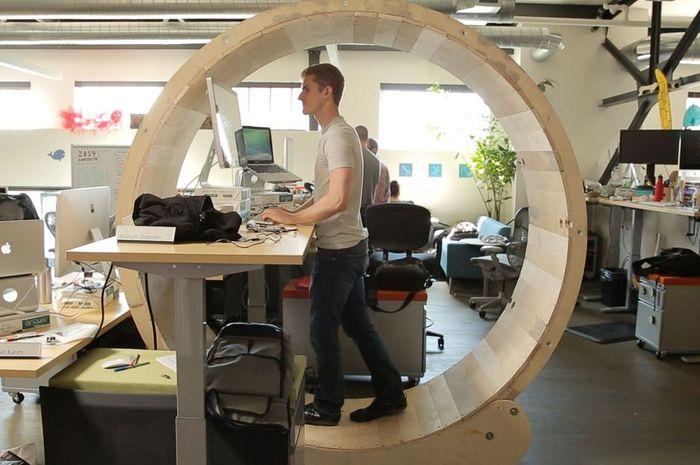 Ilustrasi Standing Desk Kantor Apple