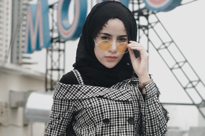 Contek Mix And Match Fashion Hijab Dengan Busana Tanpa Lengan Ala