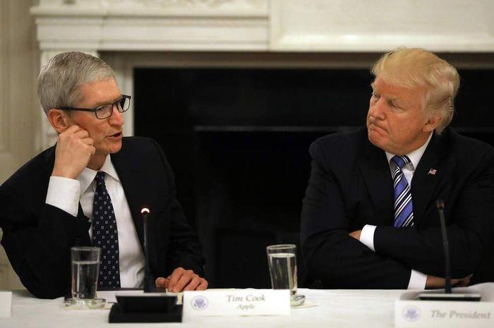 Tim Cook (CEO Apple) dan Donald Trump (Presiden AS) ki-ka