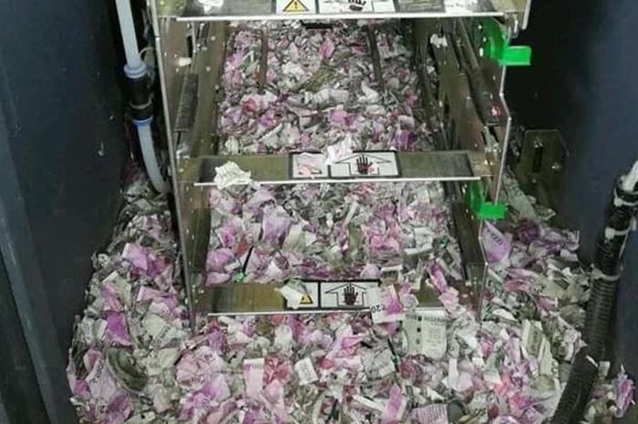 Tikus memangsa uang di ATM.