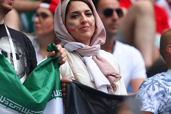 Potret wanita Iran di stadion Rusia