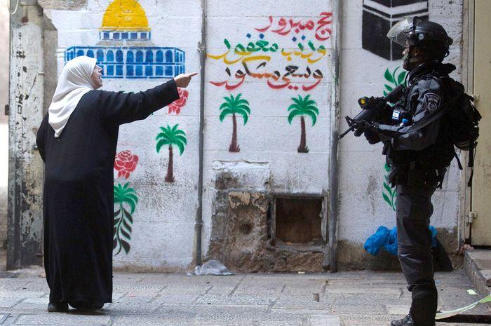 Warga Palestina vs polisi Israel.