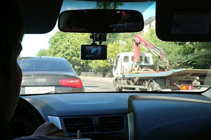 Kamera dashboard menempel di taksi di St Petersburg, Rusia, Sabtu (23/6)