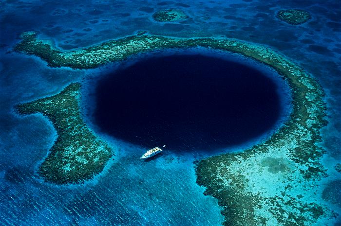 The Great Blue Hole atau lubang biru di Belize.