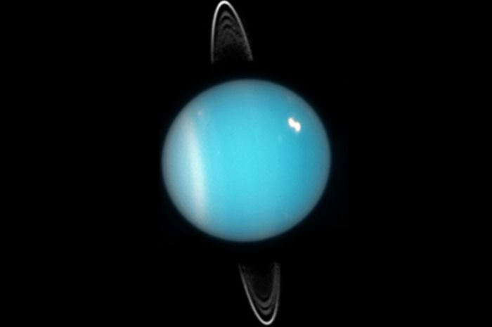 Uranus memiliki atmosfer yang mengandung senyawa yang berbau.
