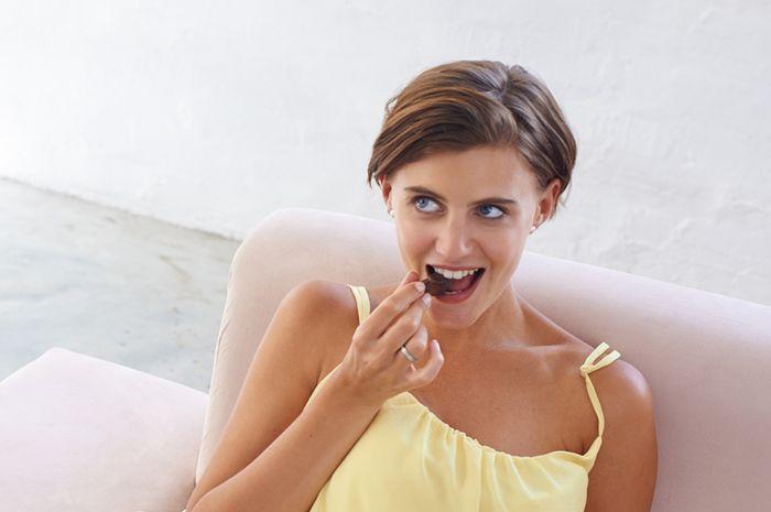 Makan saat sedang stres bisa saja karena emotional eating, ini cirinya!