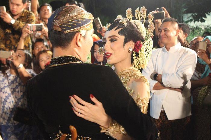 Dua Kali Ganti Baju Anggunnya Istri Rizal Armada Kenakan Kebaya
