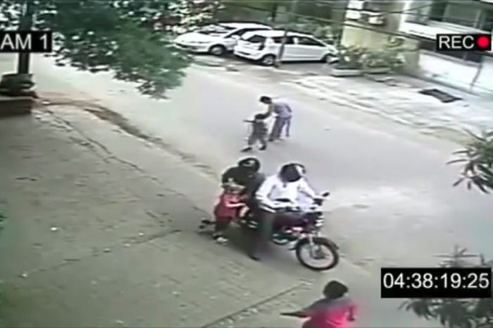 Video eksperimen penculikan yang menimbulkan kerusuhan di India.