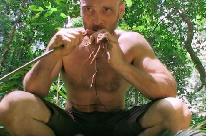 Ed Stafford makan di hutan Kalimantan.