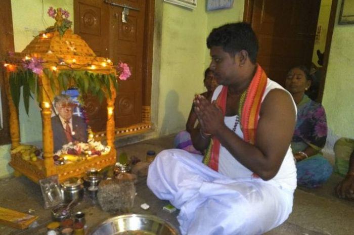 Bussa Krishna, petani berusia 31 tahun dari desa terpencil Konne, Telangana, India ini, berdoa kepada foto Presiden AS Donald Trump beberapa kali dalam sehari.