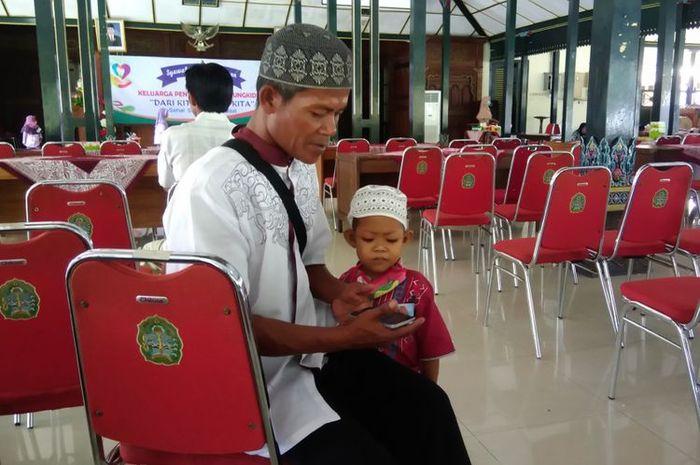 Luqman Nurhidayat (5) dan ayahnya Tumiyo (43).