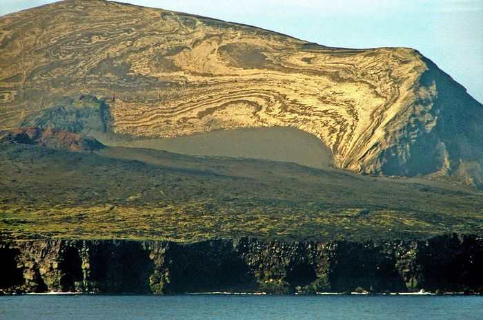 Pulau Surtsey hanya boleh dikunjungi oleh peneliti.