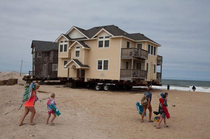 Rumah pantai di Carolina Utara harus dipindahkan untuk menghindari serangan air laut.