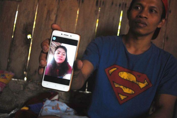 Masrokhan (36), calon suami Warsilah, menunjukkan foto kekasihnya semasa hidup saat ditemui di rumah
