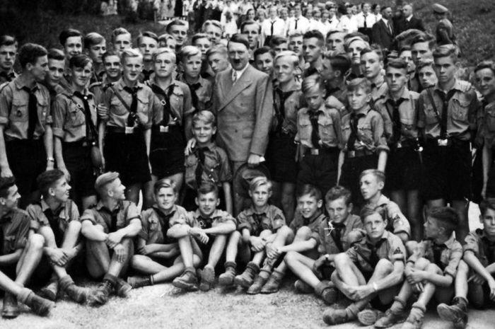 Adolf Hitler berfoto bersama anggota Pemuda Hitler.