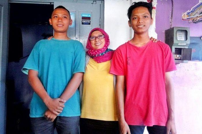 Suryani merangkul kedua anaknya yang diberinama Nakula Republik Indonesia 1 Sakti Aji (kaus merah) dan Raden Sadewa Republik Indonesia 2 Sakti Aji (kaus biru).(KOMPAS.com/Wijaya Kusuma)