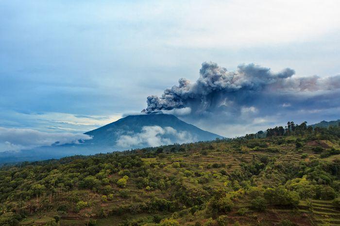 Erupsi Gunung Agung tahun lalu.