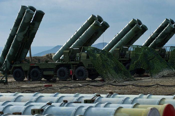 Sistem rudal S-400 milik Rusia yang bis merontokkan pesawat tempur lawan dari jarak 400 km.