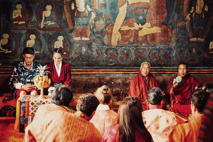 Nadine Chandrawinata dan Dimas Anggara saat menikah di biara Paro Taktsang, Bhutan, 5 Mei 2018.