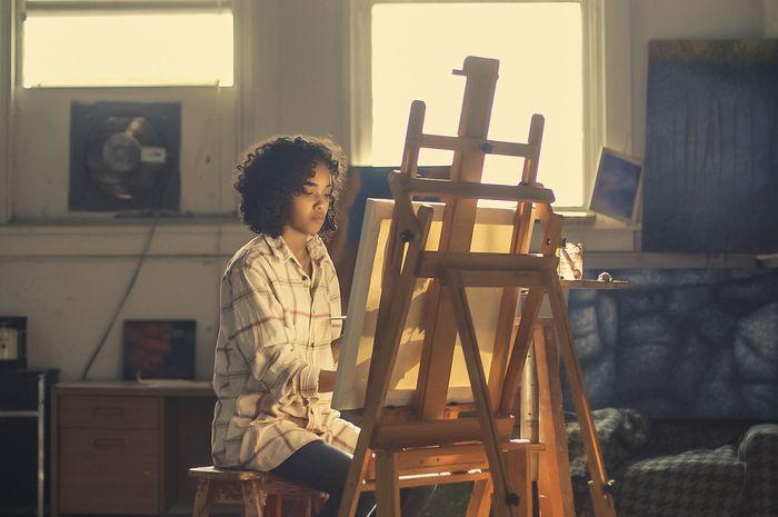 (Ilustrasi) seorang anak muda dengan mengekspresikan passion dengan melukis