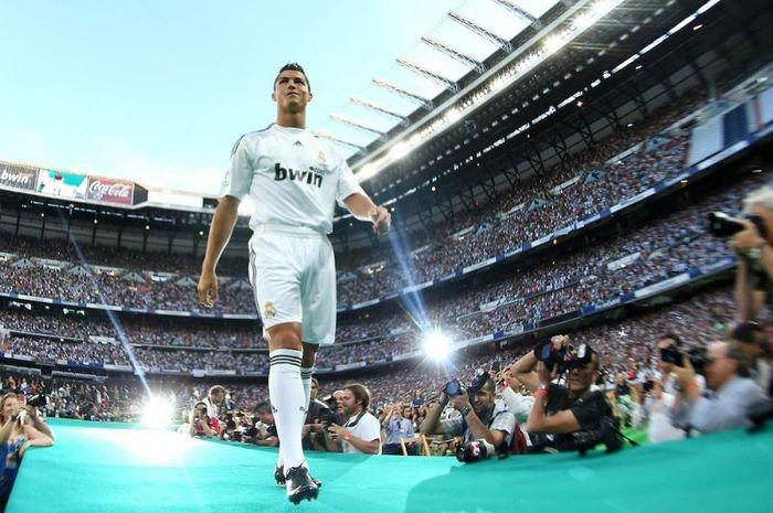 Ronaldo ketika pertama kali diperkenalkan ke hadapan publik di Santiago Bernabeu