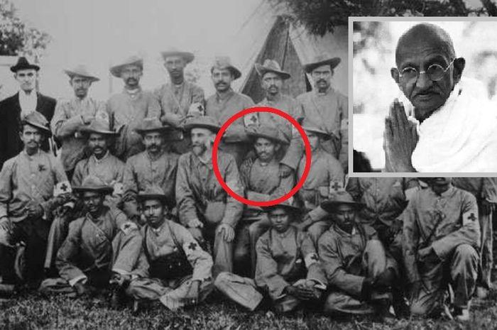 Gandhi (kelima dari kiri, baris tengah) dengan anggota korps ambulans India selama Perang Boer Kedua