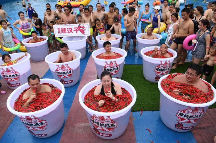 Warga Chongqing berendam dalam air cabai