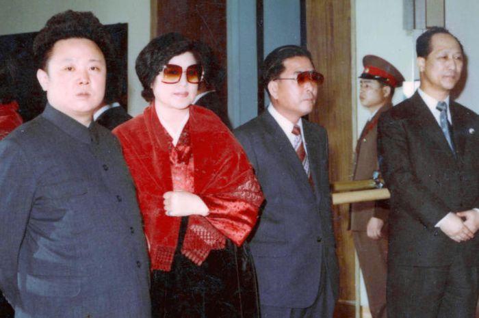Kim Jong-il bersama aktris Choi Eun-hee dan sutradara Shin Jeong-gyun.