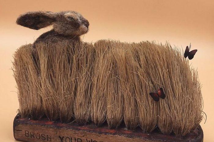 Karya seni yang terbuat dari sikat bekas dan benang wool.