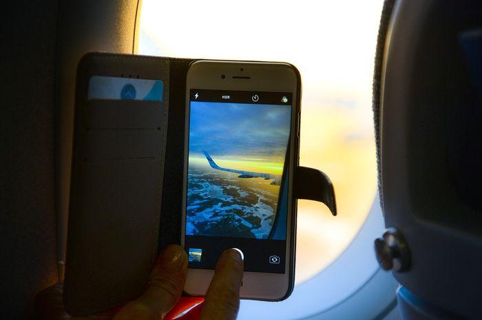 Ponsel tidak boleh diaktifkan di dalam pesawat.