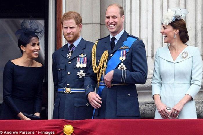 Meghan Markle, Pangeran Harry, Pangeran William, dan Kate Middleton di balkon istana