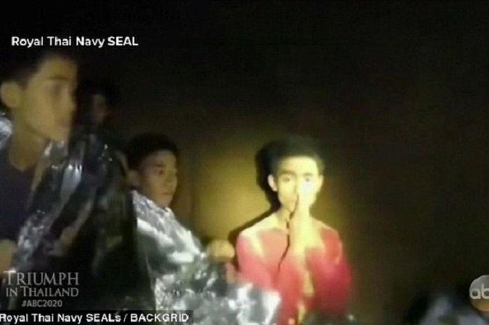 Adul Sam-on memakai baju merah saat terjebak di dalam gua