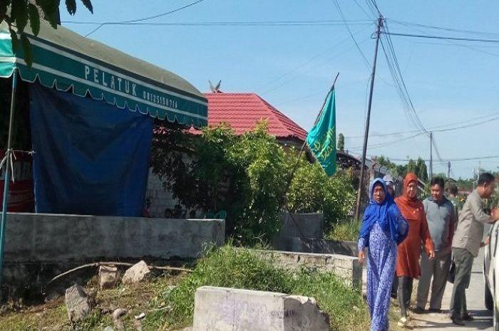 Benrdera hijau berkibar di depan rumah duka di Jalan Danau Rangas Kelurahan Bukittunggal Kecamatan Jekanraya, Palangkaraya, Kalteng.