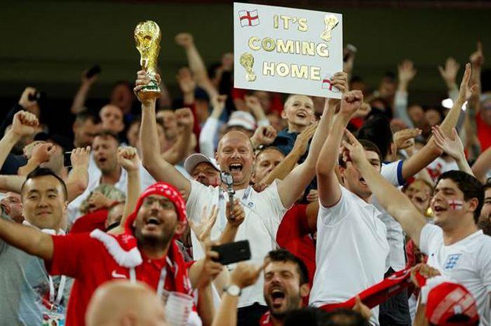 Suporter tim sepak bola Inggris membawa tulisan 'It's Coming Home'.