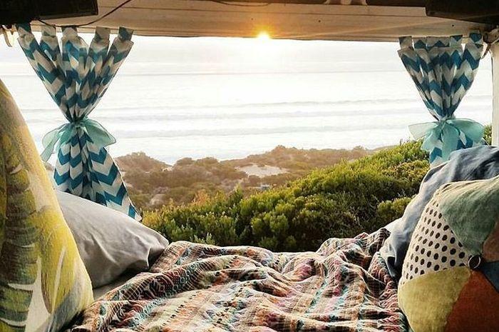 Ilustrasi sunset dari dalam karavan