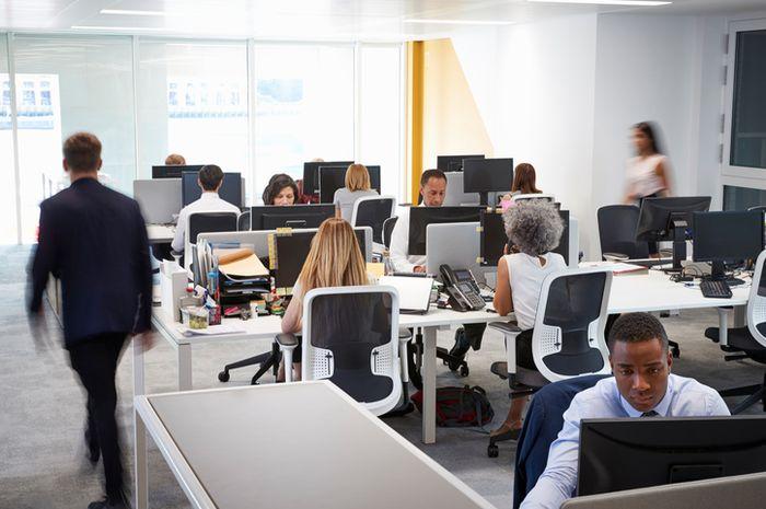 Ruang kerja terbuka membuat para karyawan malas berinteraksi.