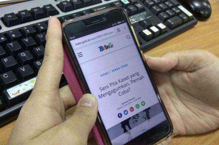 Kita bisa mencari informasi dari ponsel.