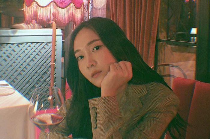 Intip Style Kasual Jessica Jung dengan Nuansa Warna Putih Saat Piknik di Paris