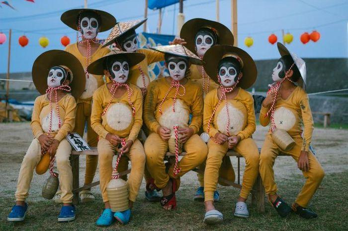 Anak-anak di pulau Himeshima, Jepang, memakai kostum saat perayaan Obon.