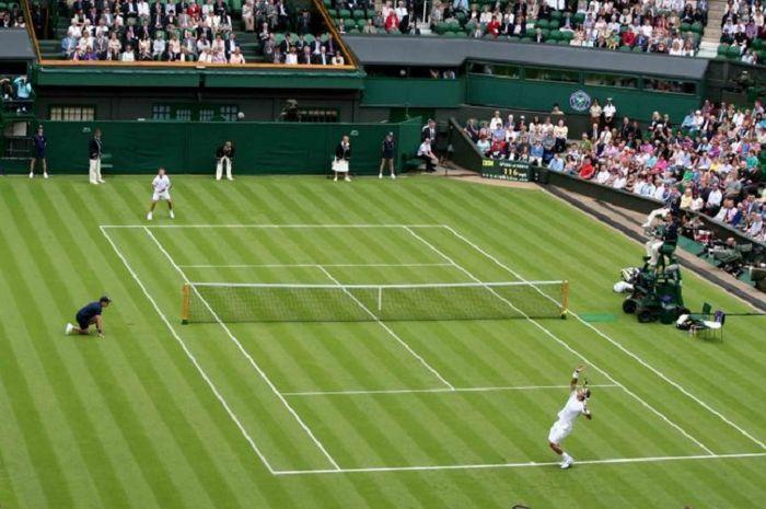 Bola memantul lebih cepat di lapangan tenis Wimbledon.