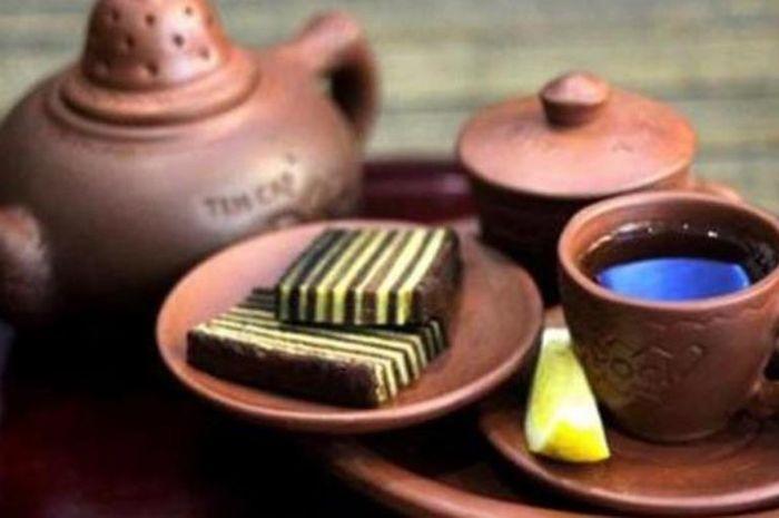 Budaya minum teh menggunakan teh wangi melati yang diseduh di dalam poci bersamaan dengan gula batu sebagai pemanis, setelah itu teh dituang ke gelas-gelas kecil.
