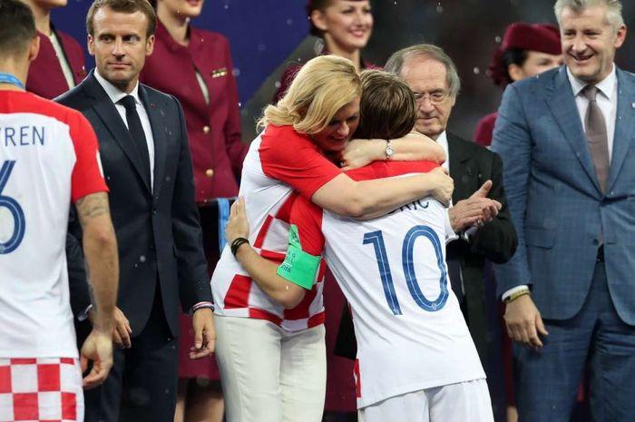 Presiden Kroasia Grabar-Kitarovic memeluk para pemain timnasnya.