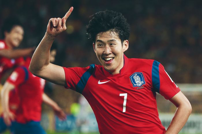SYDNEY, AUSTRALIA - JANUARY 31:  Son Heung Min of Korea Republic celebrates scoring an injury time goal to level the scores during the 2015 Asian Cup final match between Korea Republic and the Australian Socceroos at ANZ Stadium on January 31, 2015 in Sydney, Australia.  (Photo by Mark Kolbe/Getty Images)