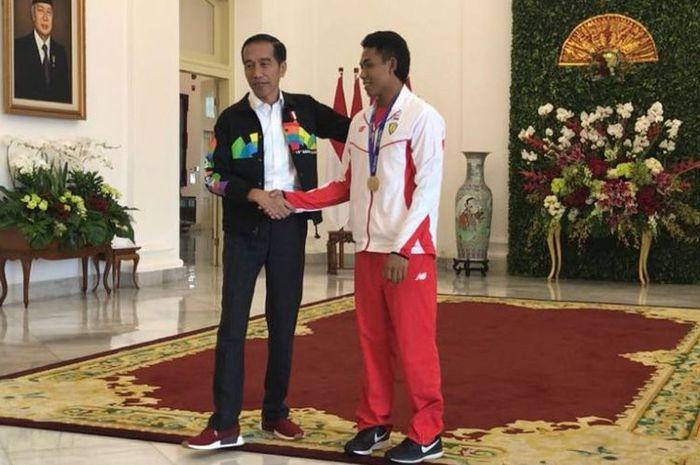 Lalu Muhammad Zohri diajak Jokowi jalan-jalan di Istana Bogor.