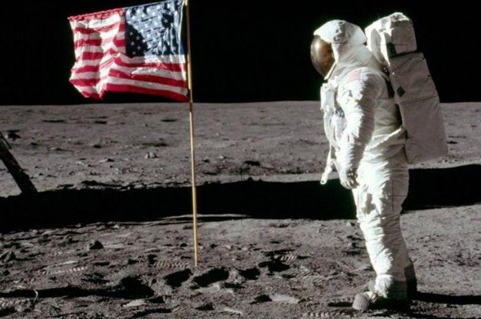 Astronout mendarat di Bulan