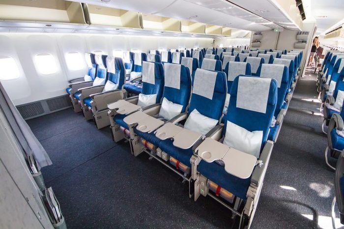Kabin pesawat Boeing 747-8I kelas ekonomi maskapai Korean Air.