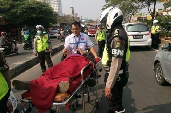 Seorang pengemudi sepeda motor pingsan saat hendak dirazia di Jl. Margonda Raya, Depok (23/7).