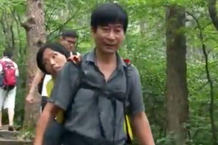 Wang Xiaomin menggendong istrinya yang sakit berkeliling China.