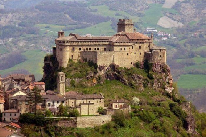 Kastil terkenal dari seluruh dunia yang menyimpam misteri di dalamnya