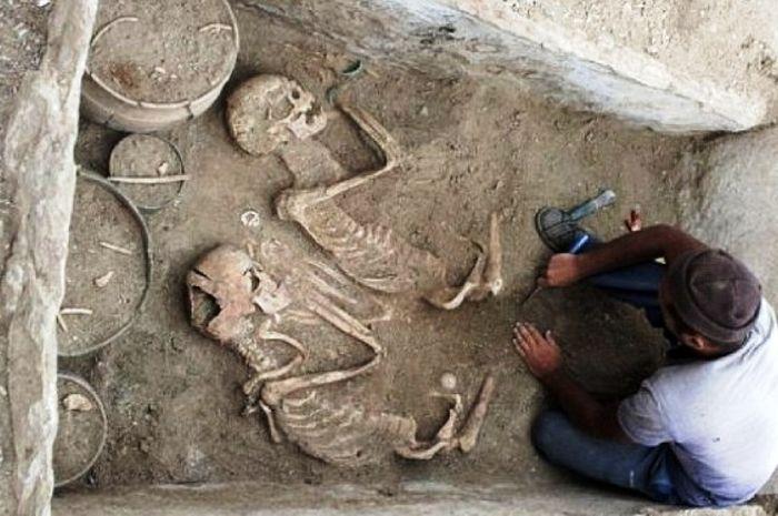 Kerangka 'Romeo dan Juliet' yang dikubur berbarengan di Kazakhstan.